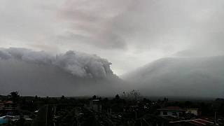 بركان مايون في الفلبين ينفث رماده يوم الاثنين