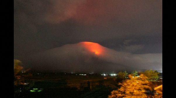 Un volcán entra en erupción en Filipinas