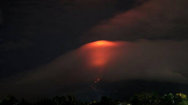 Milhares de deslocados por causa da erupção iminente do Mayon
