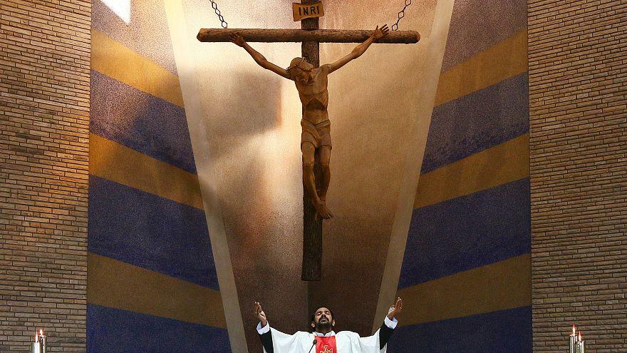 استطلاع: غير المؤمنين يصلون في أوقات الأزمات