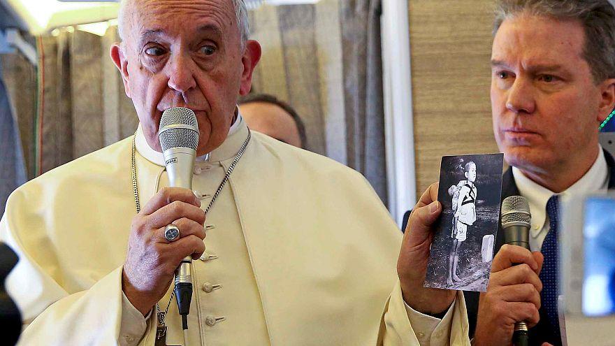 Il Papa mostra la foto del Bimbo di Nagasaki che trasporta il fratello morto