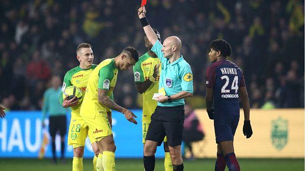 Un árbitro agrede a un jugador y luego le expulsa en la liga Francesa