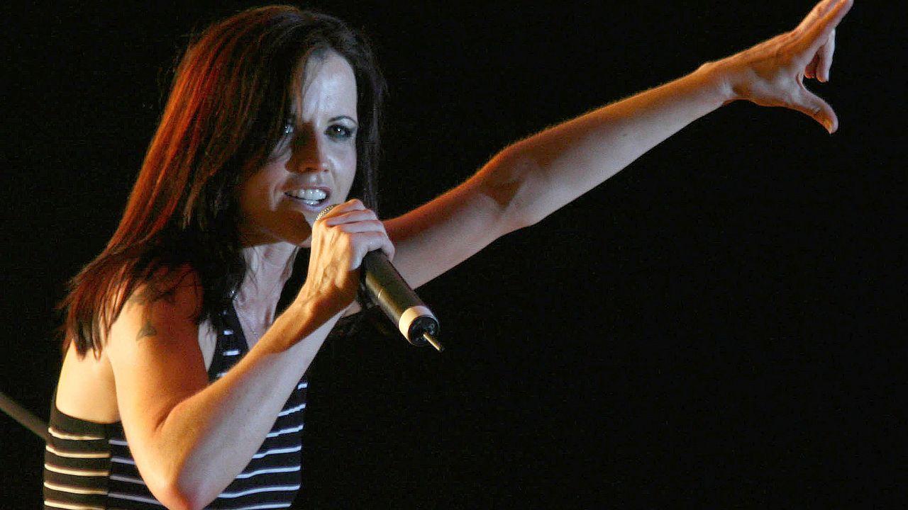"""وفاة مغنية فريق """"كرانبيريز"""" بشكل مفاجئ عن عمر يناهز 46 عاماً"""