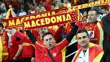Des supporters de handball macédoniens brandissent leurs écharpes