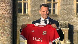 رايان جيجز يحمل قميصه كمدرب لنادي ويلز لكرة القدم