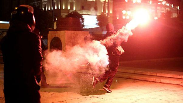 Επεισόδια, πετροπόλεμος και χημικά μπροστά από τη Βουλή