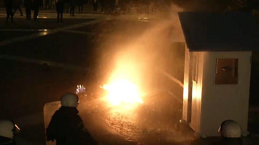 Ein Brandsatz wenige Meter vor einem griechischen Polizisten.