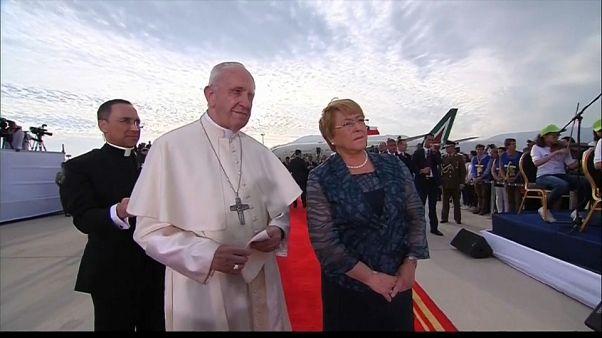 Il papa arriva in Cile, fedeli in festa e massime misure di sicurezza