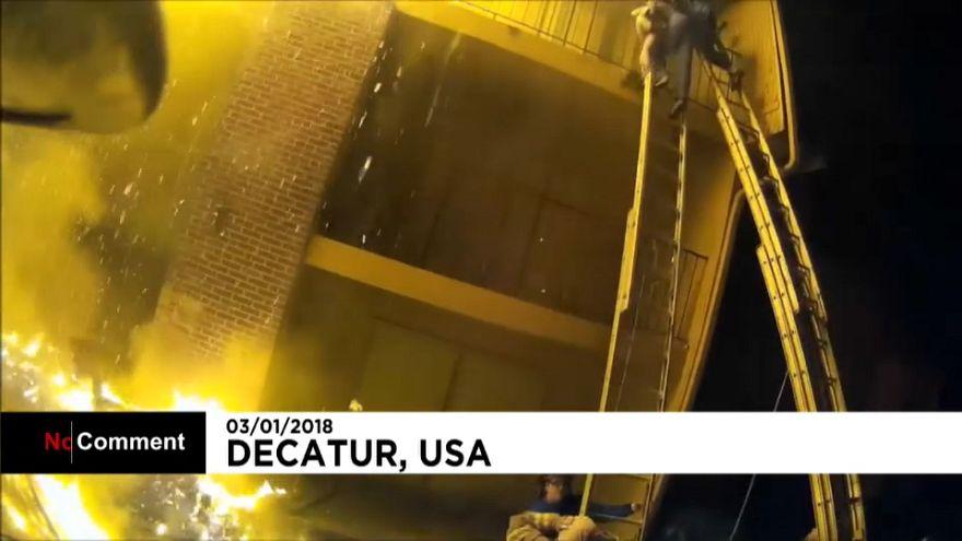 Bombeiros salvam 12 pessoas de um prédio em chamas nos EUA