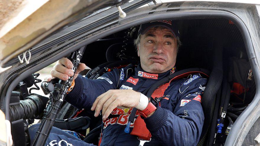 Carlos Sainz sale de su Peugeot