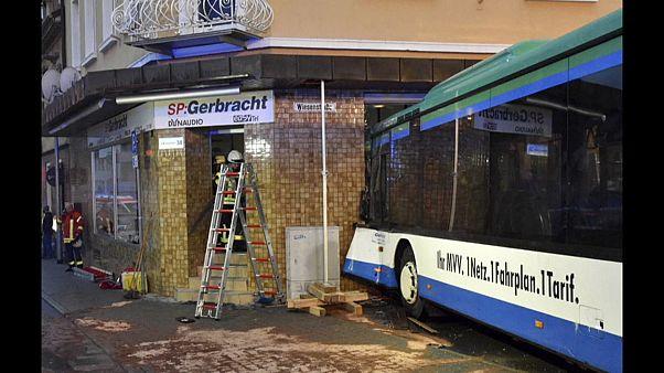 Schulbus rast in Geschäft bei Heidelberg: Mindestens 48 Verletzte