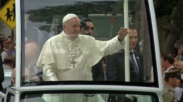 La festa e la protesta per Papa Francesco