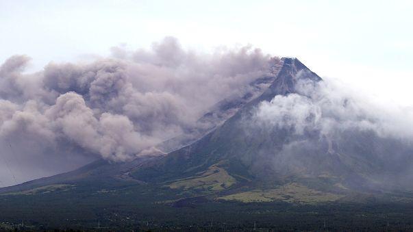 Filippine, vulcano a rischio eruzione: fuggono gli abitanti, accorrono i turisti