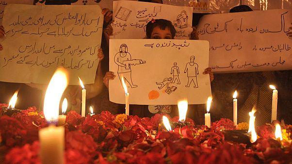 A katonaiskolai terrortámadás áldozataira emlékeznek Karacsiban 2014-ben