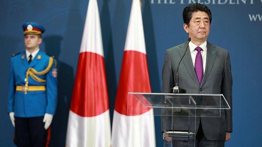 Shinzo Abe durante una conferenza stampa a Belgrado con Vucic