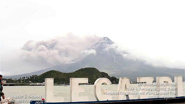 Вулкан Майон пугает жителей