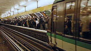 Mord in Pariser U-Bahn: Schaulustige 'filmen und posten in sozialen Medien'