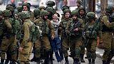 الطفل فوزي الجنيدي أثناء اعتقاله من القوات الإسرائيلية