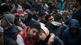 اللاجئون والمهاجرون ينتظرون الانتهاء من إجراءات التسجيل في برلين، ألمانيا.