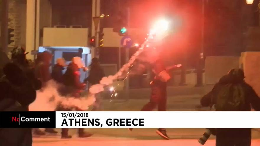 Violência marca aprovação de novo pacote de austeridade na Grécia