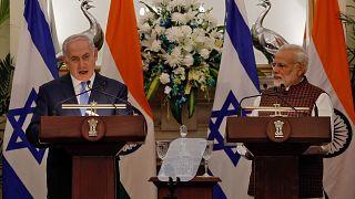 رئيسا الوزراء الهندي ناريندرا مودي (يمين) والإسرائيلي بنيامين نتنياهو