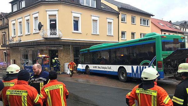 Autocarro bateu em vários carros antes de atingir o edifício