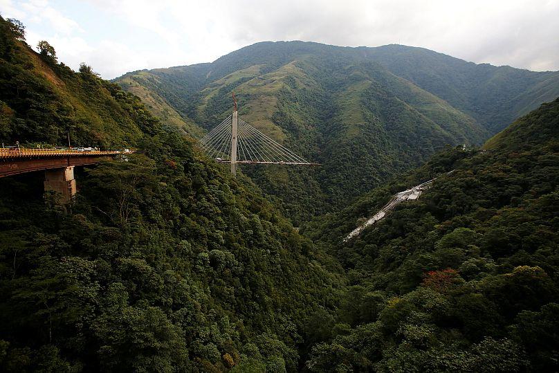 Meter Brücke stürzen ein: Zehn Arbeiter tot