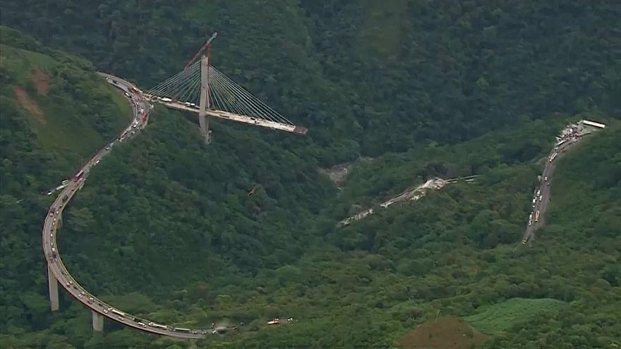 الجسر الذي سقط فيما كان العمال يبنونه في كولومبيا