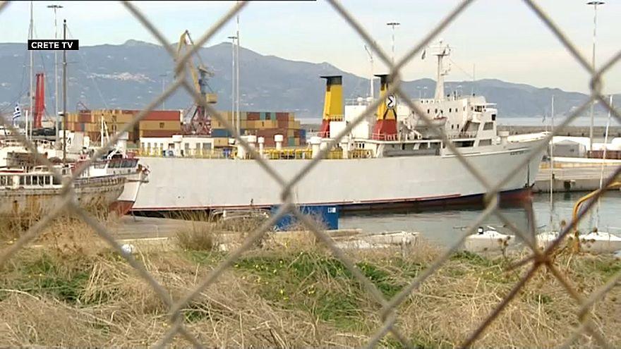 Patlayıcı yüklü gemi limana çekildi