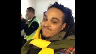 احتجاز بريطاني بمطار في أيسلندا لارتدائه ملابس كثيرة