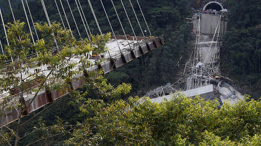 Ponte em construção colapsa