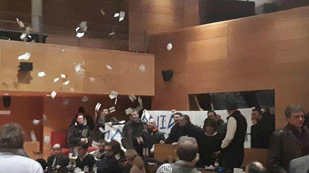 Εισβολή μελών της Χρυσής Αυγής στο Δημοτικό Συμβούλιο Θεσσαλονίκης