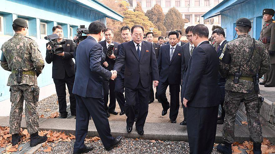 El jefe de la delegación norcoreana cruza la frontera para ir a la reunión