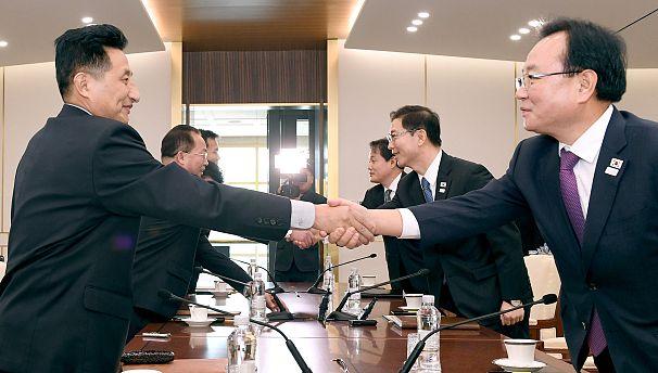 Ministro Norte-coreano e Ministro Sul-coreano cumprimentam-se no ínicio da segunda reunião