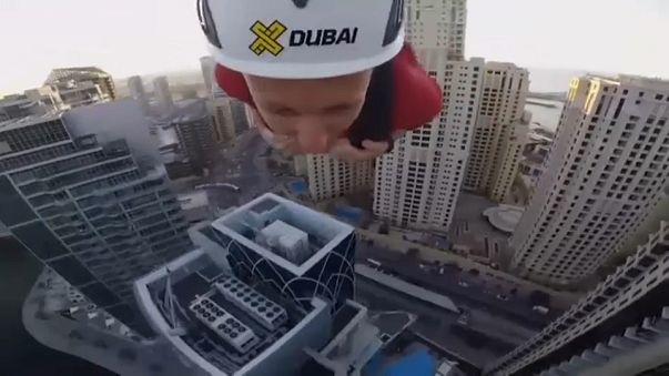 Temararios se lanzan en la tirolina urbana más larga y rápida del mundo