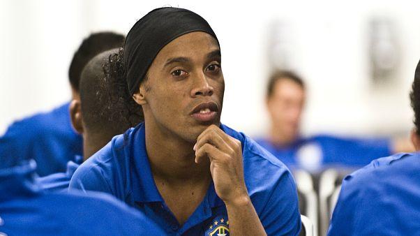 Efsane futbolcu Ronaldinho yeşil sahalara veda etti