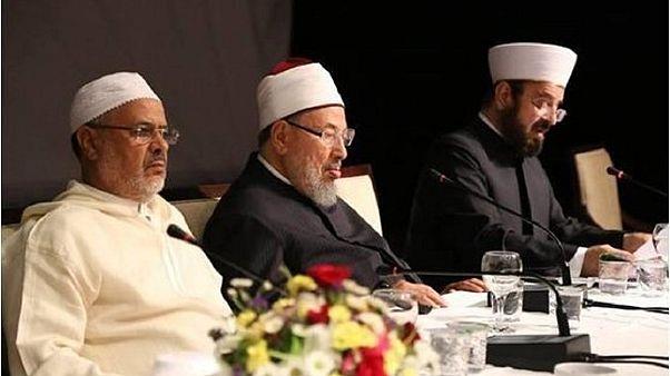 الداعية الإسلامي يوسف القرضاوي (وسط)