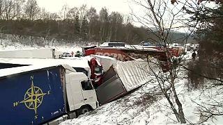 Schnee in Tschechien: Massenkarambolage mit über 30 Fahrzeugen