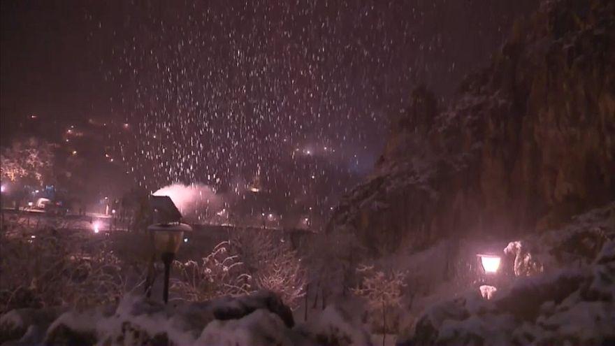 بالفيديو: الثلوج تعزل قرى في أزيلال بالمغرب