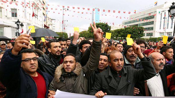 تراجع الاحتجاجات في تونس وضغوط على الحكومة بسبب تنامي مشاعر الإحباط