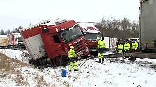 Çekya'da trafik kazaları yol kapattı