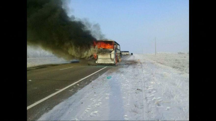 مقتل 52 شخصا في كازاخستان إثر اشتعال حافلة كانت تقلهم