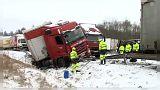 Tömegbaleset a cseh sztrádán a havas és jeges út miatt