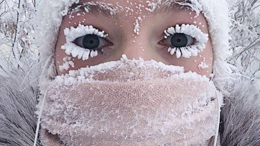 فتاة تظهر رموشها المتجمد بسبب البرد القارص في منطقة ياكوتيا بروسيا