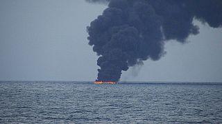 Şanghay açıklarında batan geminin petrol sızıntısı 4 kola ayrıldı