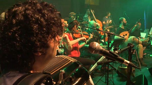 Orquestra de refugiados que vivem no Brasil faz sucesso