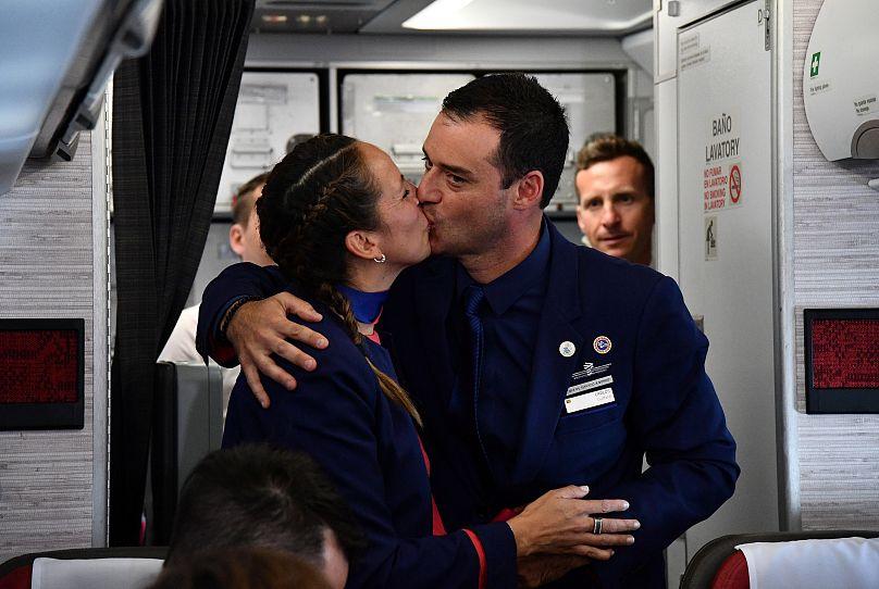 Papst Franziskus traut Steward und Stewardess auf Flug