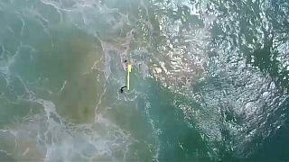 Un dron rescata a dos bañistas en Australia