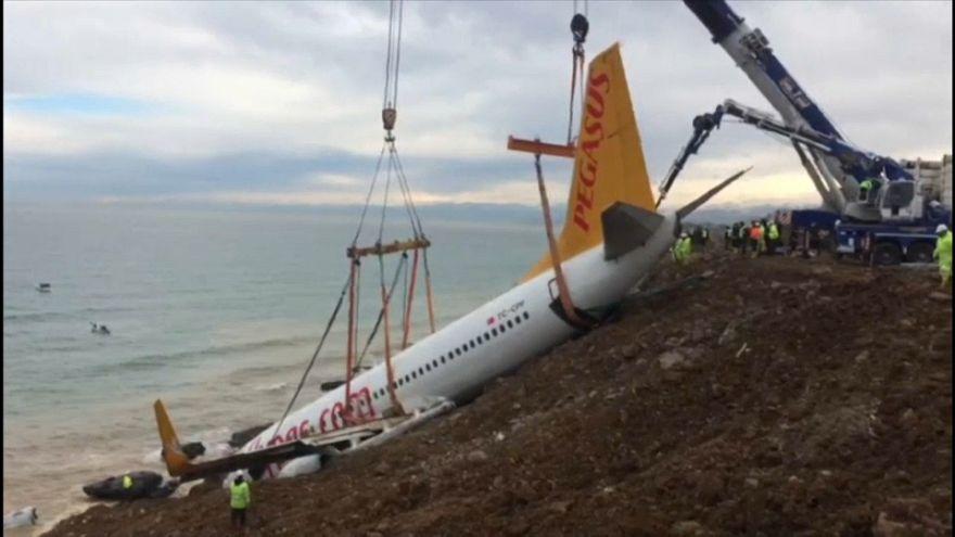 Un avión se sale de la pista durante el aterrizaje