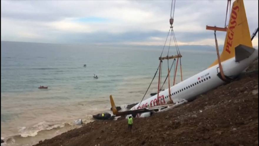Trabzon'da kaza yapan yolcu uçağı kurtarıldı